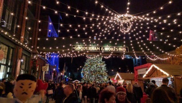 イルミネーションで彩られたクリスマスマーケット