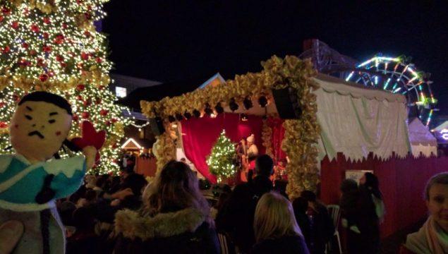 巨大なクリスマスツリーの隣ではライブも