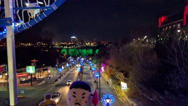 ホテルを出てすぐの歩道橋を渡る