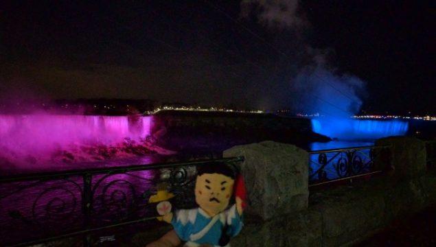色が変わるナイアガラの滝