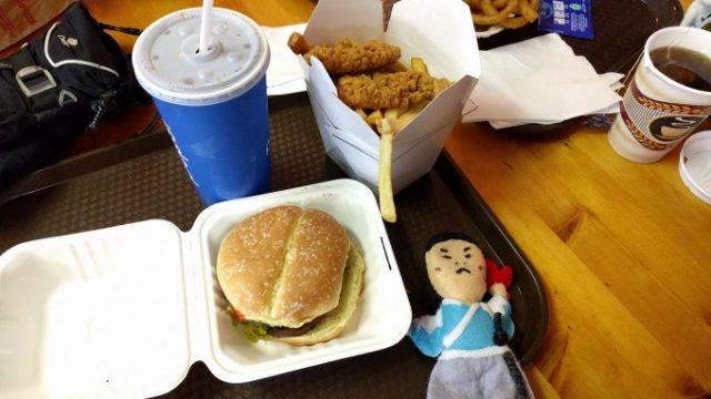 お昼はハンバーガー