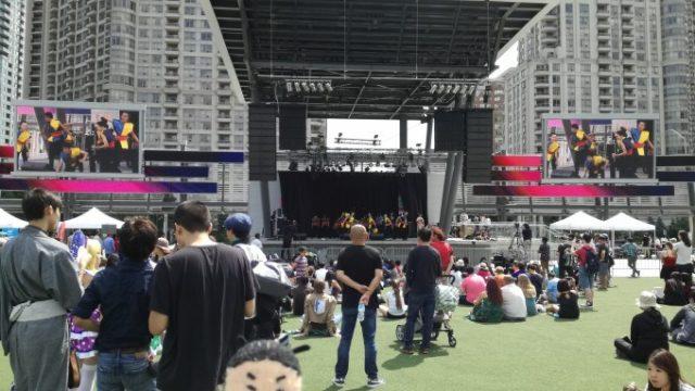 会場の真ん中には大きな舞台が
