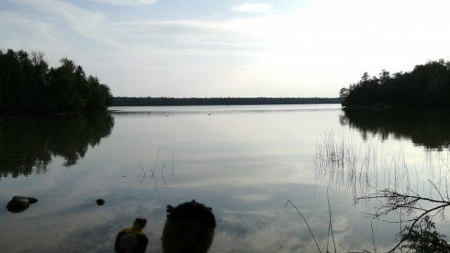大小の湖が点在する