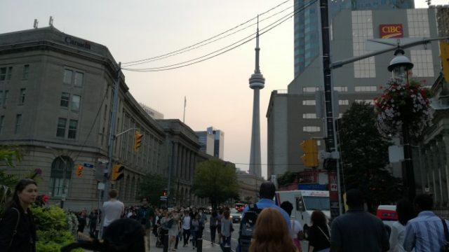 SONY Centreの入口からはCNタワーが綺麗に見える