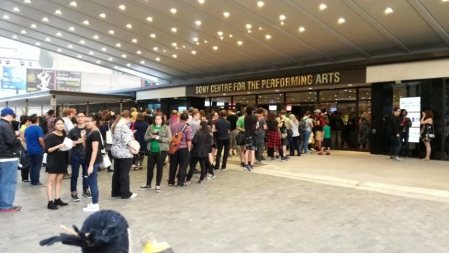 入口には多くの人が!