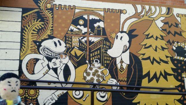 壁にはたくさんのアートが2